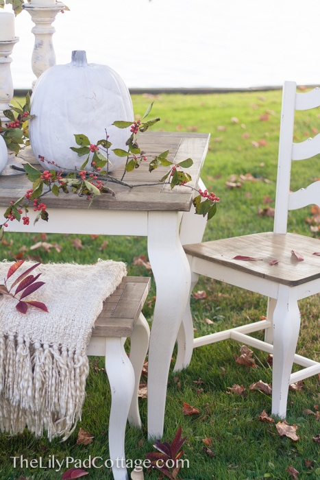 outdoor-lakeside-thanksgiving-decor
