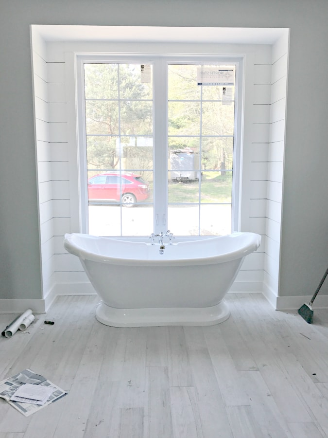 Freestanding master bath tub