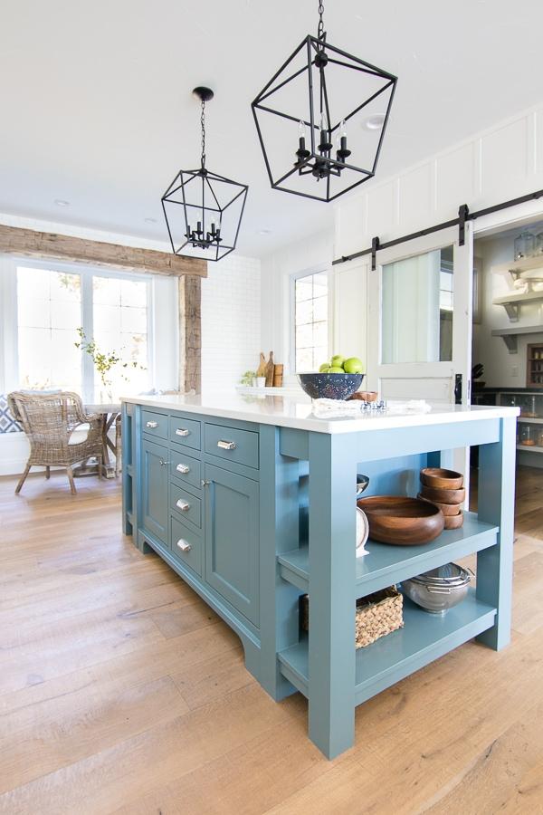 Trend Lake House White Kitchen