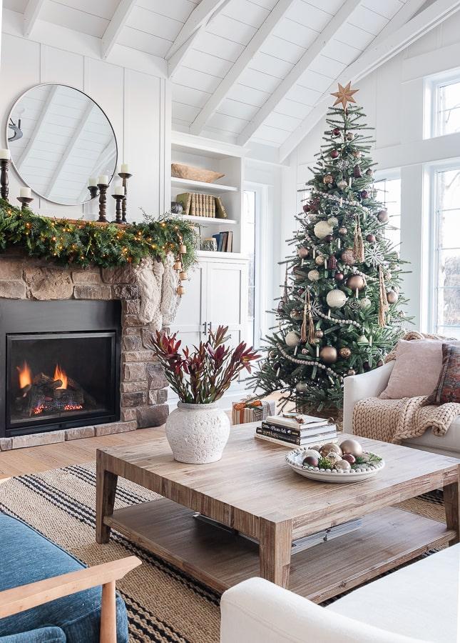 Neutral metallic Christmas tree decor