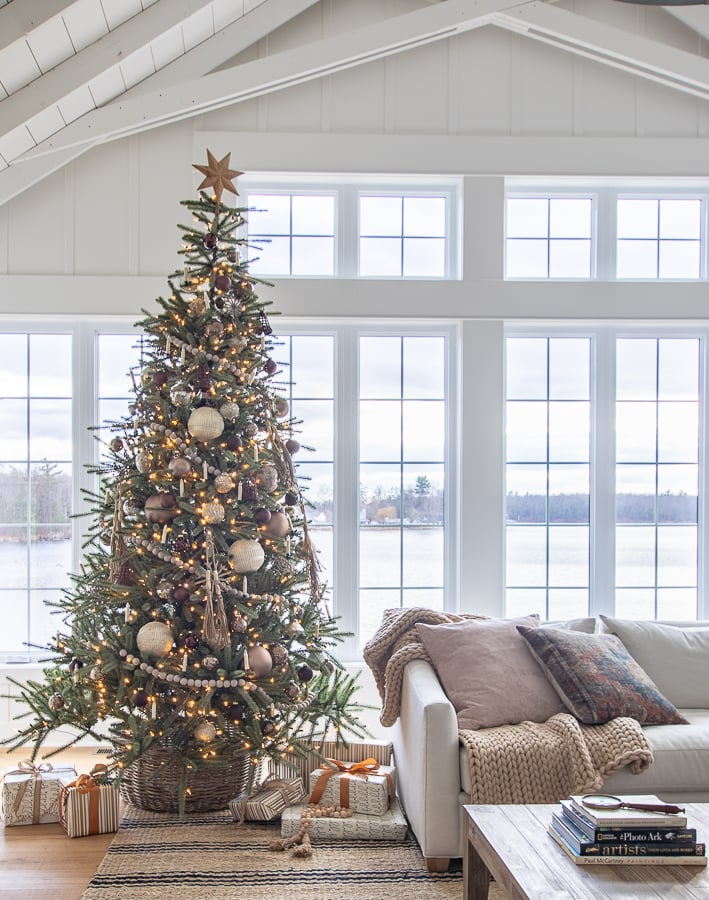 Neutral metallic Christmas tree decor